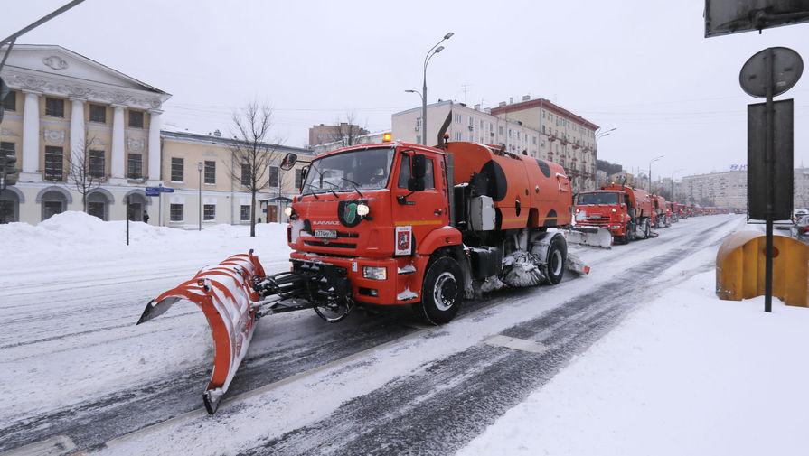 Работа снегоуборочной техники на Зубовском бульваре в Москве, 13 февраля 2021 года