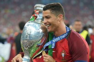 Криштиану Роналду с кубком чемпионата Европы по футболу