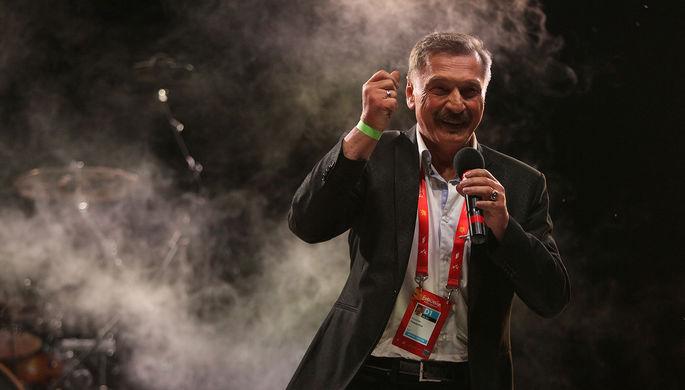 Белорусский певец Александр Тиханович выступает на российской вечеринке в отеле Sea Breeze (поселок Нардаран) в рамках конкурса «Евровидение-2012»