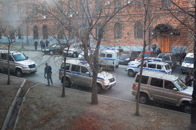 Автомобили полиции около здания приемной УФСБ России по Хабаровскому краю после вооруженного нападения, 21 апреля 2017 года