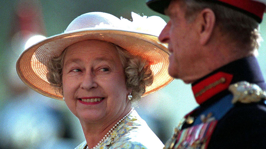 Королева Елизавета II и принц Филипп на параде в Лондоне, 1996 год