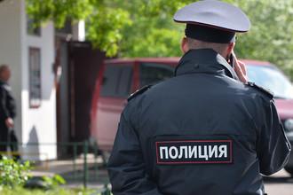 Сотрудник полиции у жилого дома, где сотрудники ФСБ РФ задержали членов террористической группы, входящей в запрещенную в России организацию «Исламское государство»