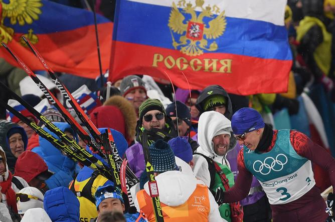 Российский спортсмен Александр Большунов с болельщиками после финиша спринта среди мужчин в финальных соревнованиях по лыжным гонкам на Олимпиаде в Пхенчхане, 13 февраля 2018 года