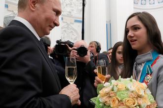 Владимир Путин и двукратный серебряный призер по фигурному катанию Евгения Медведева на приеме в Кремле после церемонии вручения государственных наград победителям и призерам XXIII зимних Олимпийских игр в Пхенчхане, 28 февраля 2018 года