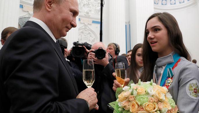 Владимир Путин и двукратный серебряный призер по фигурному катанию Евгения Медведева на приеме в...