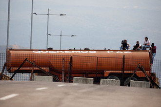 Полуприцеп-цистерна на перекрытом мосту между Венесуэлой и Колумбией, 23 февраля 2019 года