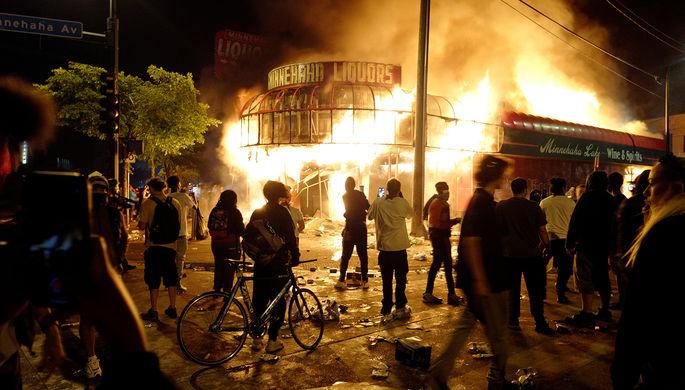 Горящий магазин около полицейского участка во время беспорядков в Миннеаполисе, 28 мая 2020 года