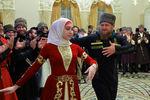 Рамзан Кадыров танцует наторжественном вечере, посвященном празднованию Дня чеченской женщины, вГрозном, 2016год