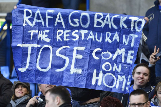 Болельщики «Челси» на матче с «Вест Бромвичем» предлагают наставнику «синих» Рафе Бенитесу идти работать в ресторан
