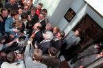 1999. Борис Березовский и его адвокат Генри Резник отвечают навопросы журналистов после допроса вГенпрокуратуре.