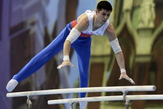 Эмин Гарибов выступает в упражнении на брусьях