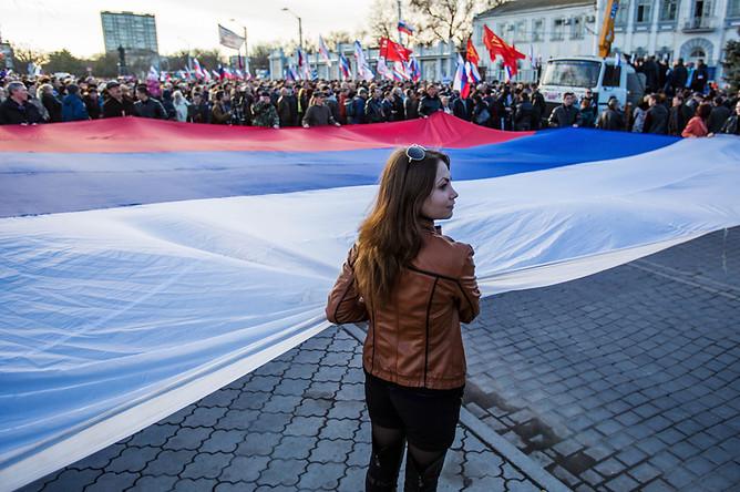 Участники митинга в поддержку России на центральной площади Евпатории