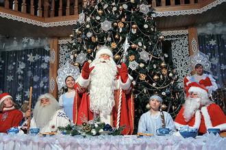 Дед Мороз в окружении гостей в своей резиденции в Великом Устюге