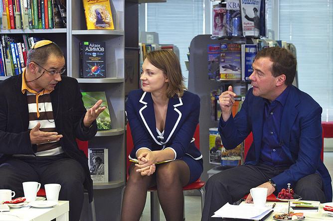 Дмитрий Медведев беседует с Антоном Носиком на встрече с представителями интернет-сообщества в Российской государственной библиотеке для молодежи (РГБМ). В центре- гендиректор «Digital Access» Анна Знаменская