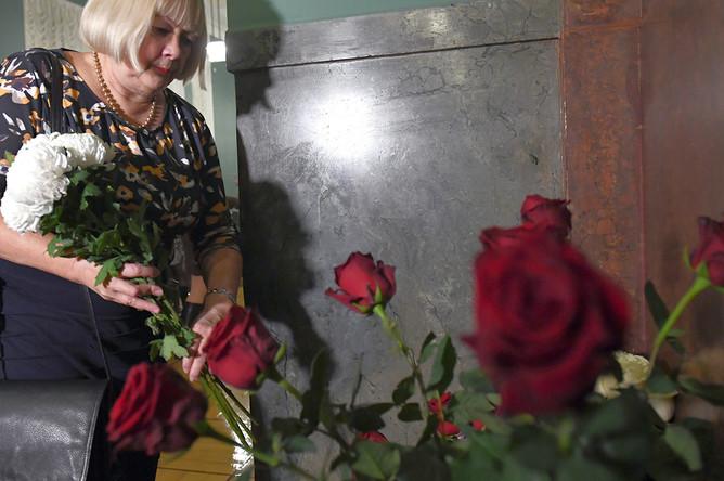 Цветы в память об актере Леониде Броневом в театре «Ленком»