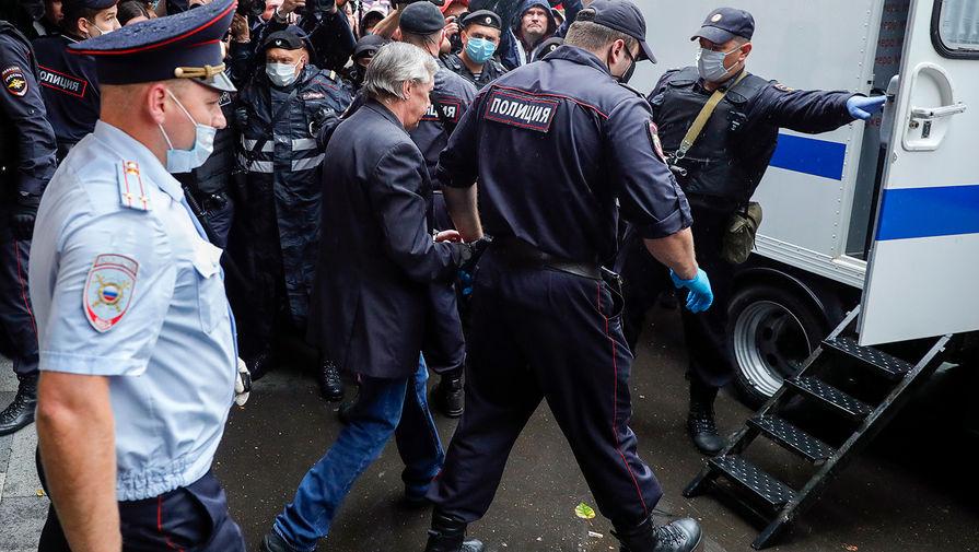 Актера Михаила Ефремова сажают в автозак у здания Пресненского суда города Москвы после оглашения приговора, 8 сентября 2020 года