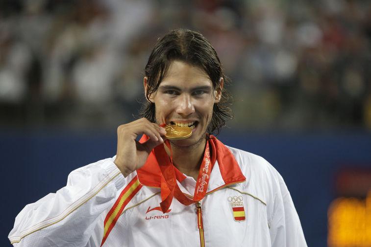 Рафаэль Надаль с золотой медалью на Олимпиаде в Пекине после победы над Фернандо Гонсалесом из Чили, 2008 год