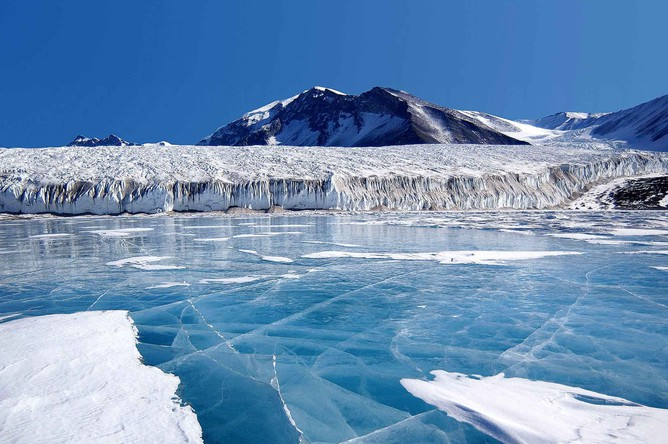 Голубой лед на озере Фрикселл в Трансантарктических горах