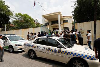 Полицейские автомобили около входа в северокорейское посольство в Куала-Лумпуре, 7 марта 2017 года