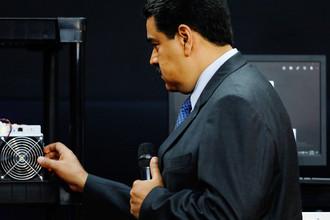 Президент Венесуэлы Николас Мадуро с компьютером для майнинга во время запуска национальной криптовалюты Petro в Каракасе, 20 февраля 2018 года