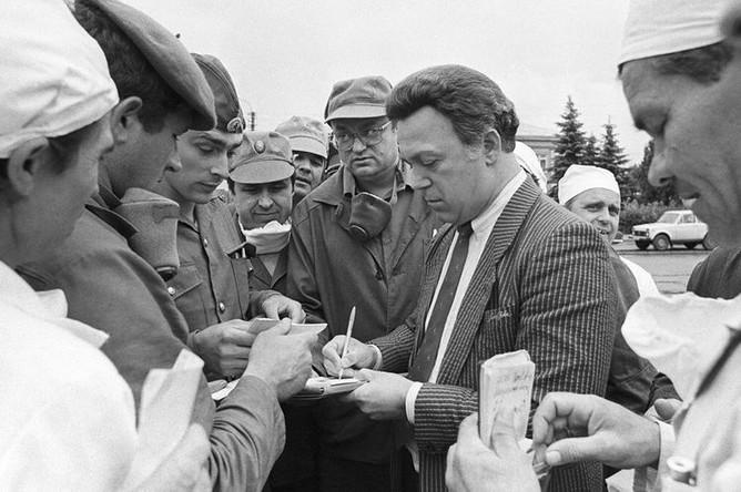 Певец Иосиф Кобзон с ликвидаторами аварии на Чернобыльской АЭС, 1986 год