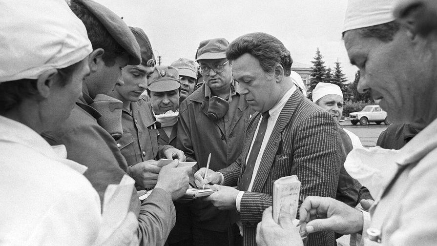 Певец Иосиф Кобзон сликвидаторами аварии наЧернобыльской АЭС, 1986 год