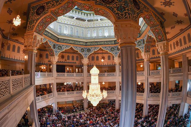 Мусульмане во время намаза в день праздника Ураза-байрам в Соборной мечети в Москве, 4 июня 2019 года