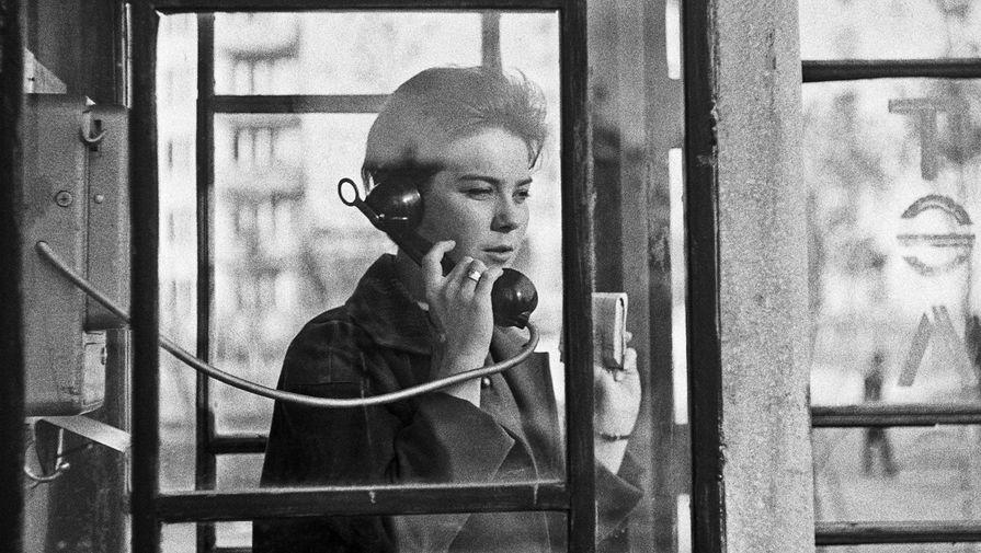 Актриса Лариса Голубкина в уличной телефонной будке, 1965 год