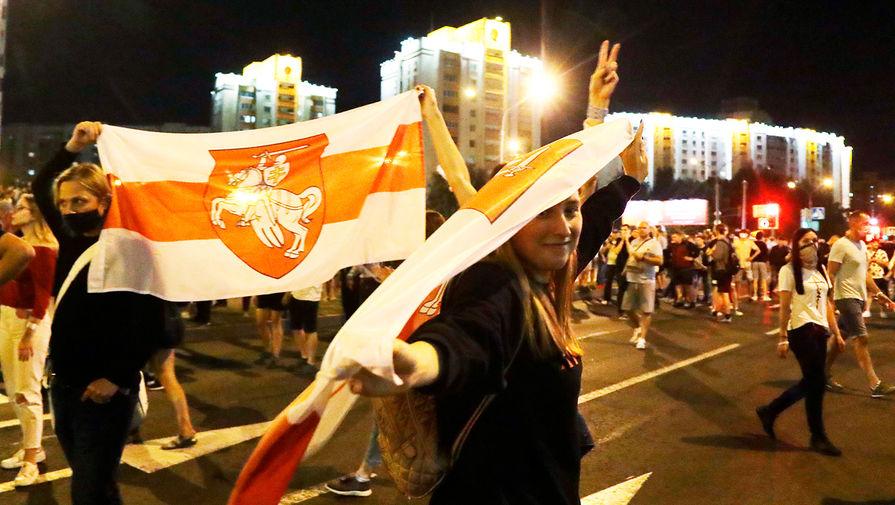 Участники акций протеста в Минске в ночь после выборов президента Белоруссии, 9 августа 2020 года