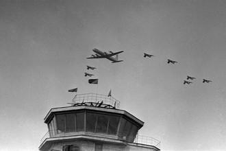 Самолет Ил-18 над аэропортом Внуково во время торжественной встречи первого космонавта Земли Юрия Гагарина в Москве, 1961 год