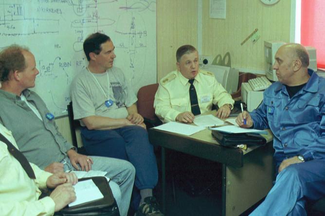 Обсуждение хода работ на борту специального судна «Майо». Второй справа- руководитель экспедиции особого назначения Северного флота вице-адмирал Михаил Моцак, 18 июля 2001 года