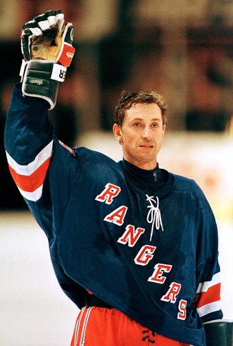 После завершения карьеры Грецтки шутил, что может уйти в гольф. Согласно правилам, хоккеист может быть введен в Зал хоккейной славы (Торонто) только через три года после завершения карьеры, однако для Гретцки было сделано исключение — уже 22 ноября 1999, то есть всего через 7 месяцев после прощального матча, он попал в Зал славы. На фото Гретцки после своей последней игры в Нью-Йорке в 1999 году