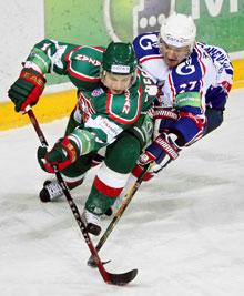 От Андрея Зюзина (справа) нападающим уйти непросто