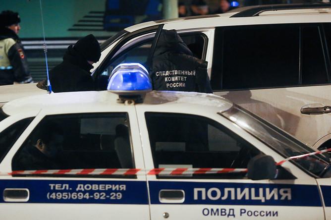 Сотрудники правоохранительных органов у автомобиля Lexus, обстрелянного в Шмитовском проезде в Москве