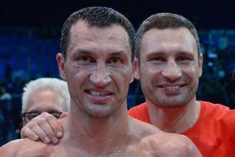Владимир Кличко (на переднем плане) снова выйдет на ринг в апреле