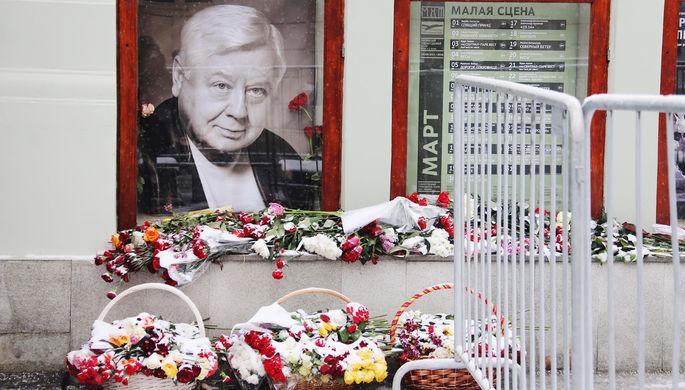Портрет Олега Табакова около входа в МХТ имени Чехова во время церемонии прощания с артистом, 15 марта 2018 года