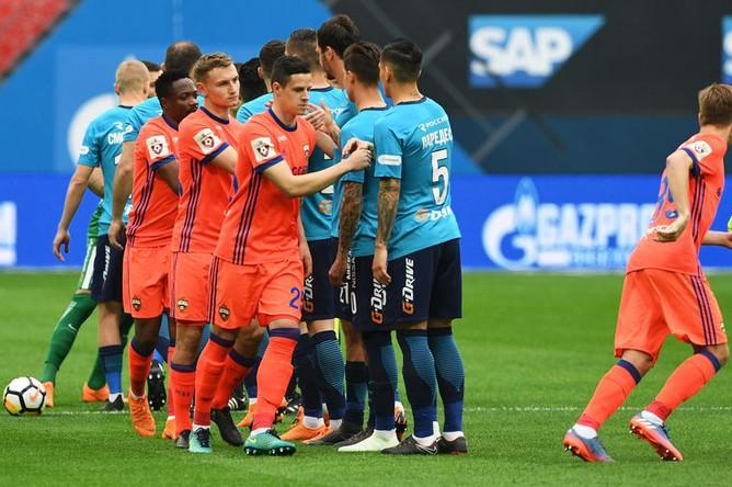 Игроки ЦСКА и «Зенита» перед началом матча 28-го тура чемпионата России по футболу.