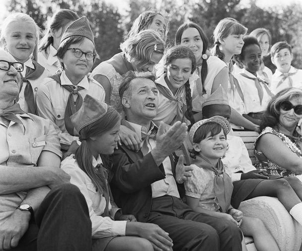 Итальянский писатель Джанни Родари с пионерами во время VIII Московского Международного кинофестиваля, 1973 год