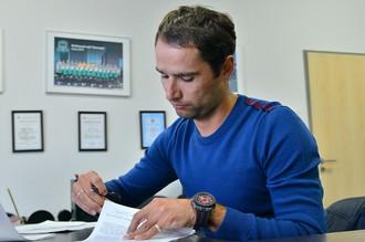 Роман Широков подписывает в офисе «Краснодара» арендный контракт с клубом
