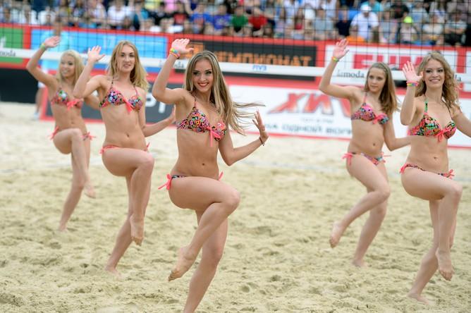 Черлидеры выступают на этапе «Большого шлема» по пляжному волейболу в Москве