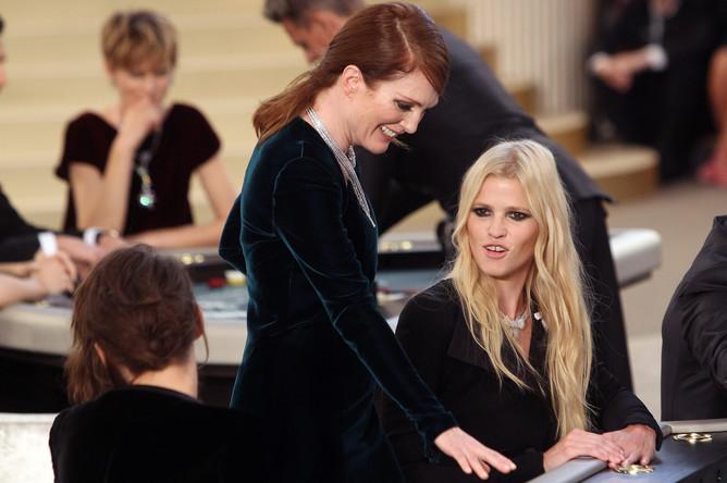Джулианна Мур и модель Лара Стоун на показе Chanel на Неделе высокой моды в Париже