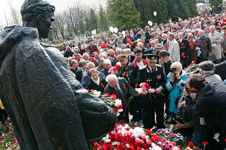 Возложение цветов к памятнику «Бронзовому солдату» на Военном кладбище Таллина
