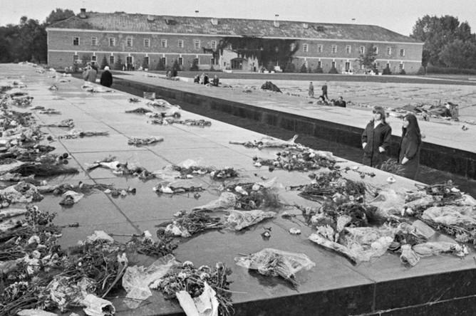 Брестская крепость. Цветы на мраморных плитах, под которыми захоронены останки воинов-героев, 1971 год