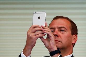 Дмитрий Медведев со смартфоном Apple во время чемпионата мира по водным видам спорта в Казани, 2015 год