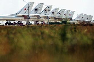 Стоянка бомбардировщиков Ту-95 на военном аэродроме в городе Энгельсе, 2005 год