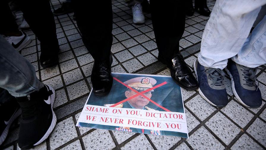 Граждане Мьянмы протестуют против захвата власти