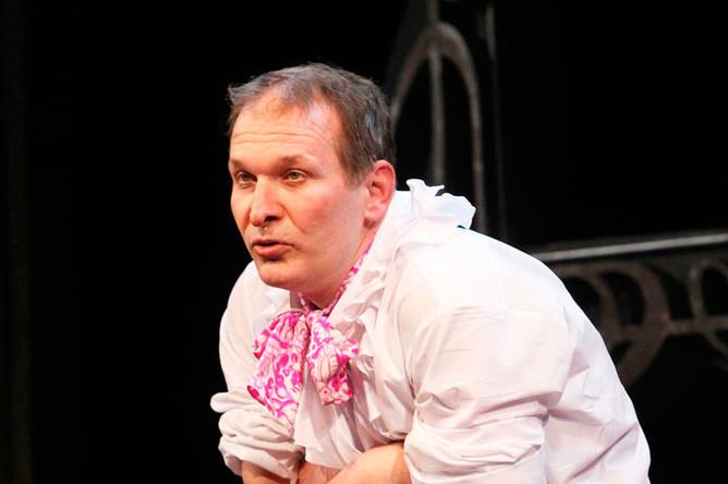 Федор Добронравов в сцене из спектакля «PERDU Монокль» Театра сатиры, 2010 год