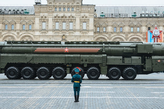 Подвижный грунтовый ракетный комплекс (ПГРК) «Ярс» с РС-24 на военном параде на Красной площади