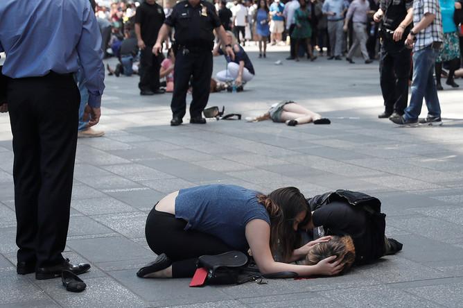 Пострадавшие люди на месте наезда автомобиля на пешеходов на Таймс-сквер в Нью-Йорке, 18 мая 2017 года