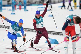 Итальянец Федерико Пеллегрино, россиянин Александр Большунов и норвежец Йоханнес Хёсфлот Клебо после финиша спринта среди мужчин в финальных соревнованиях по лыжным гонкам на Олимпиаде в Пхенчхане, 13 февраля 2018 года